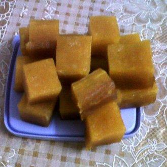 Mavidi tandra (Mago jelly) divided into pieces.